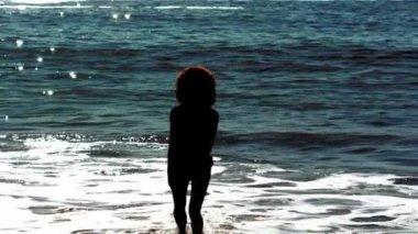 Mujer saltando mientras está en el mar — Vídeo de stock