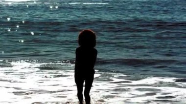 žena skákání, zatímco ona je do moře — Stockvideo