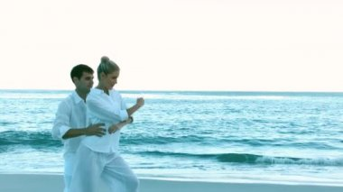 Couple dancing on the beach — Stock Video