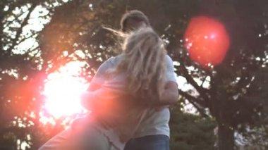 восторге пара танцует вместе — Стоковое видео