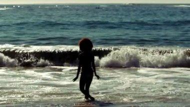 敏感的女人走进海 — 图库视频影像