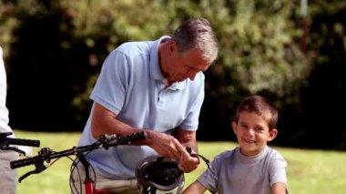 внуков бабушки и дедушки, велосипеде — Стоковое видео