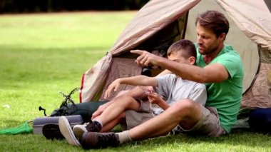 解释如何一个指南针工作给他的儿子的父亲 — 图库视频影像