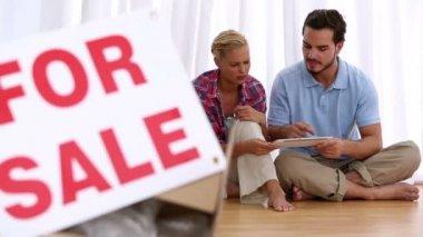 Radost pár sedící na podlaze pomocí tabletu — Stock video