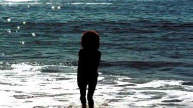 Kvinna dansar medan hon är i havet — Stockvideo