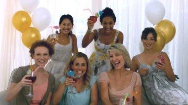 Vrouwen roosteren met cocktail — Stockvideo