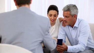 签署合同的一个推销员的夫妇 — 图库视频影像