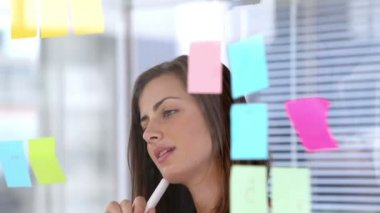 Woman writing on sticky note — Stock Video