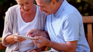 Elderly couple using digital tablet — Stock Video