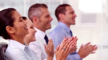 Vrolijke bedrijf applaudisseren — Stockvideo