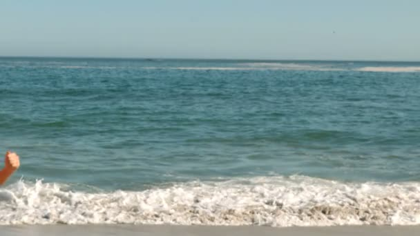 Mujer feliz corriendo en la playa — Vídeo de stock