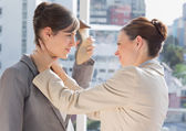 Affärskvinna strypa en annan — Stockfoto