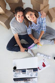 Panoramica di un uomo e sua moglie tenendo piani casa — Foto Stock