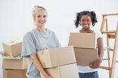 Joyeux colocataires transportant des caisses mobiles — Photo