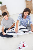 Woman and her husband looking at their house plans — Foto de Stock