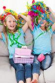 Dvojčata hrát s konfety během jejich narozeniny — Stock fotografie