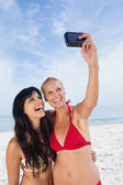 Friends taking picture and smiling — Stock Photo
