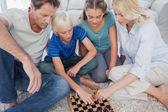 Satranç oynarken sevimli bir aile portresi — Stok fotoğraf