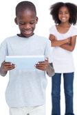 Niño mirando un tablet pc con su hermana — Foto de Stock