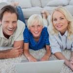 Portrait de fils et les parents à l'aide d'un ordinateur portable — Photo