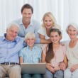 Extended family sitting on couch — Stock Photo