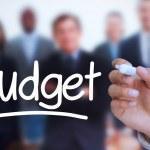 podnikatel psaní rozpočet s značka — Stock fotografie