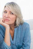 Mujer enojada pensando — Foto de Stock
