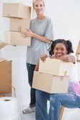 Heureux colocataires transportant des cartons de déménagement — Photo