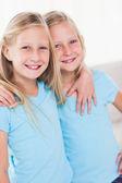 Gêmeos bonitos abraçando uns aos outros — Foto Stock