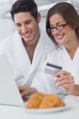Beautiful couple purchasing online — Stock Photo