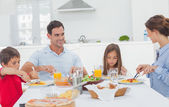 Family eating pasta with sauce — Stock Photo