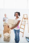 Jeunes colocataires emménager dans la nouvelle maison — Photo