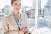 Vacker affärskvinna med sin Tabletpc — Stockfoto