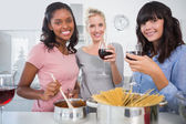 Joyeux amis faire un dîner spaghetti ensemble et boire r — Photo