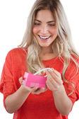 Donna bionda scoprendo collana in confezione regalo — Foto Stock