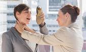 Affärskvinna som försvarar sig själv från hennes kollega stryper han — Stockfoto