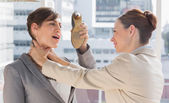Podnikatelka bránit sama z její kolegyně se škrtí — Stock fotografie