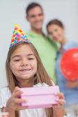 Klein meisje houden een verjaardagscadeau — Stockfoto