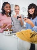 Heureux amis faire un dîner spaghetti ensemble et boire rouge — Photo