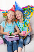 Roztomilá dvojčata rozvinutí jejich dárek k narozeninám — Stock fotografie