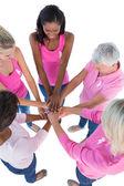 Gruppo di donne che indossano il colore rosa e nastri per puttin di cancro al seno — Foto Stock