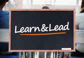 Lernen und auf Tafel schriftliche führen — Stockfoto