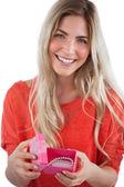 Donna sorridente con scatola regalo — Foto Stock