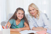 žena pomáhá její dcera dělá její domácí úkoly — Stock fotografie