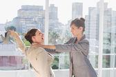 Mujeres empresarias teniendo una pelea masiva — Foto de Stock