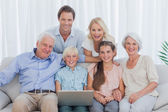 Famiglia allargata, seduto sul divano — Foto Stock
