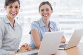 Femmes d'affaires heureux avec les ordinateurs portables — Photo