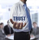 Elegante empresário segurando a palavra confiança — Foto Stock