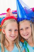 Süße Zwillinge während ihrer Geburtstagsfeier — Stockfoto