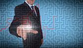 Homme d'affaires en sélectionnant un labyrinthe — Photo